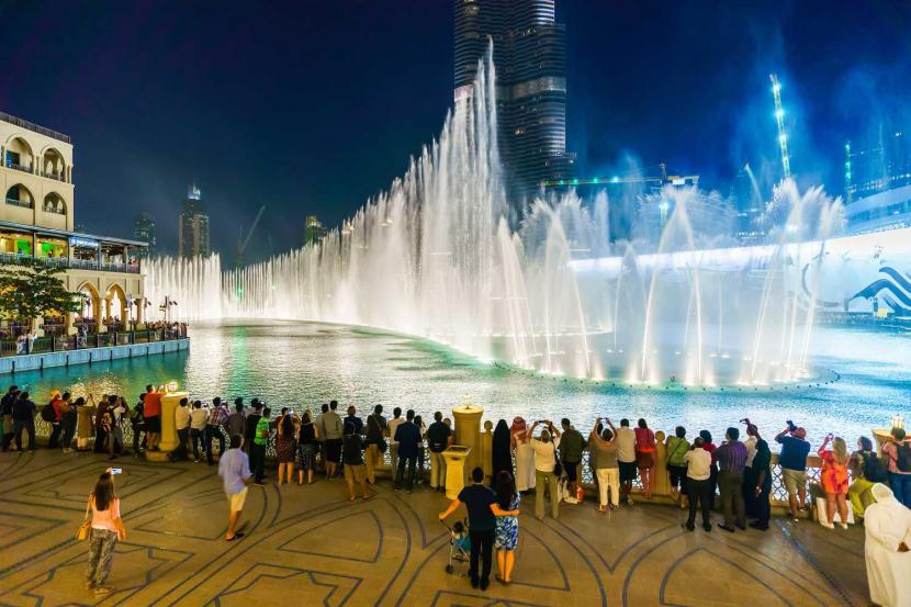 Cruise past The Dubai Fountain - Places to visit in Dubai